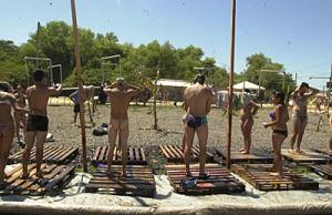 Participantes do FSM 2005 tomam banho pelados