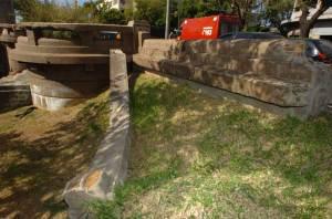 Longo destroço de pedra está jogado sobre o gramado à beira do Dilúvio - Ronaldo Bernardi/