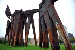 Monumento aos Açorianos: severamente danificado. Foto: Carla Ruas