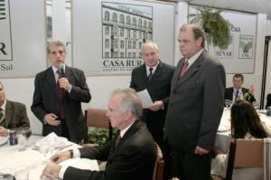 Na foto: Sec. Meio Ambiente, Prof. Garcia (C) e Presidente S.C.Internacional, Vitório Píffero (D)