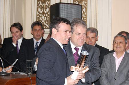 Presidente da Associação do Mercado, Gabriel da Cunha, recebendo o prêmio do Secretário da SMIC, Idenir Cecchim