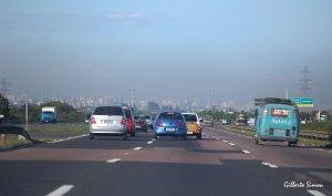 Nesta foto, tirada na free-way dias atrás, percebe-se a camada mais densa de poluição sobre a cidade. Foto: Gilberto Simon. Porto Imagem