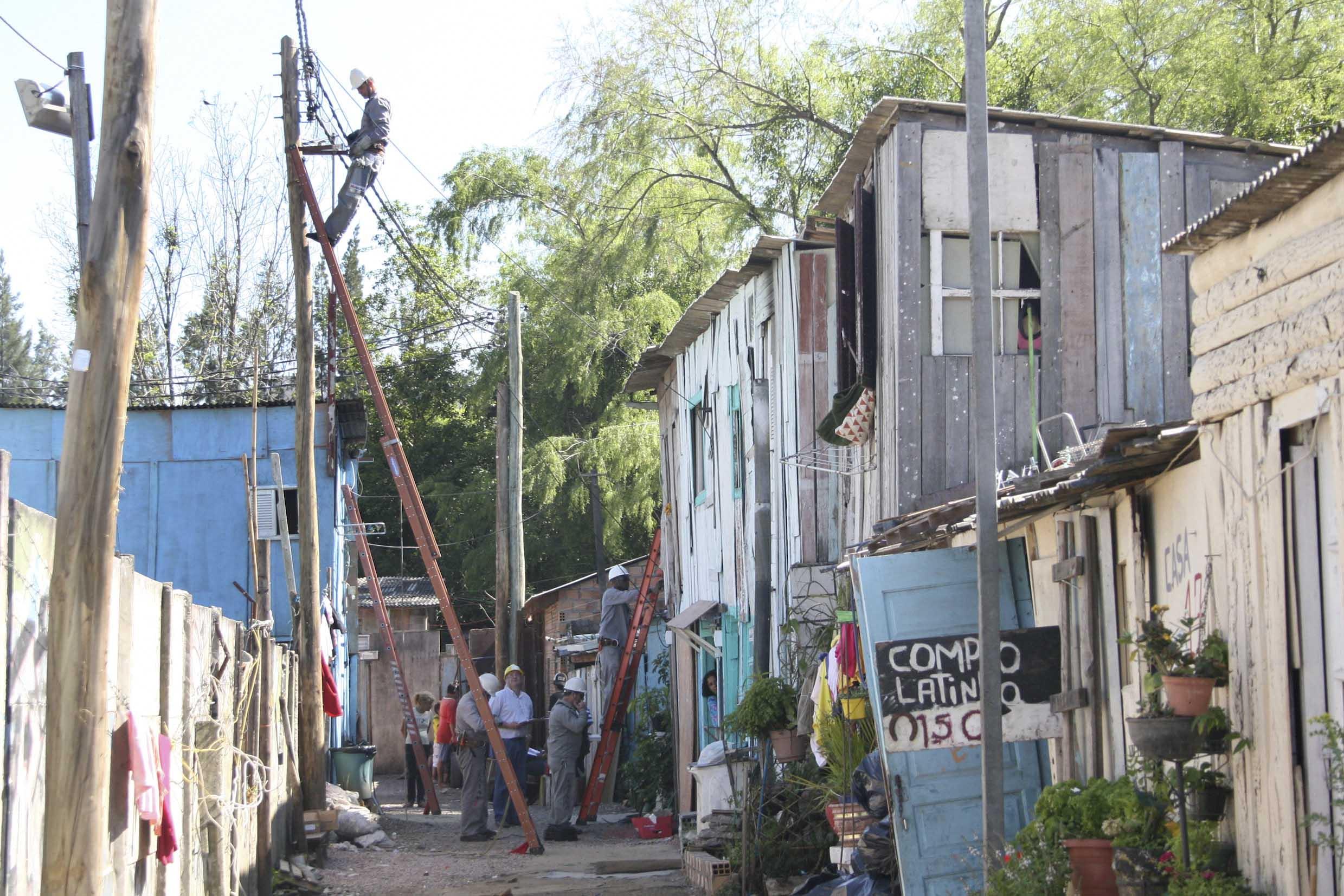 #476284 Famílias da Vila Chocolatão deixam casebres esta semana. Foto  4956 Janela De Aluminio Com Grade Porto Alegre
