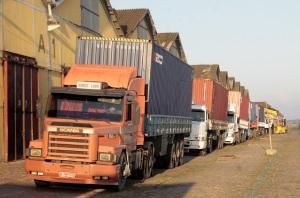 Dez caminhões trouxeram de Rio Grande primeiro lote de contêineres