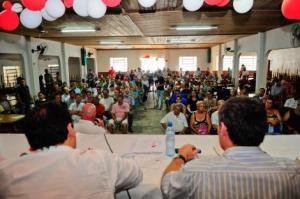 Comunidade lotou o salão paroquial exigindo controle das ocupações  Foto: Francielle Caetano