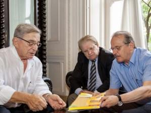 Fábio Koff (E) e Tarso Genro discutem plano de urbanização para o Humaitá (Foto: Caco Argemi/Plácio Piratini)
