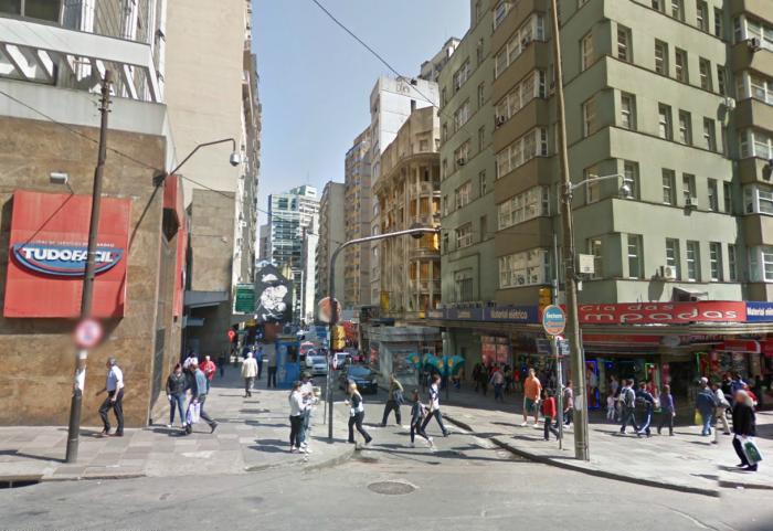 Na Rua Andrade Neves o trânsito de pedestres é mais intenso que o de automóveis, como em quase todas as vias do centro.