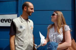 Fiscais do CAR Centro distribuem folhetos para os moradores  Foto: Divulgação/PMPA