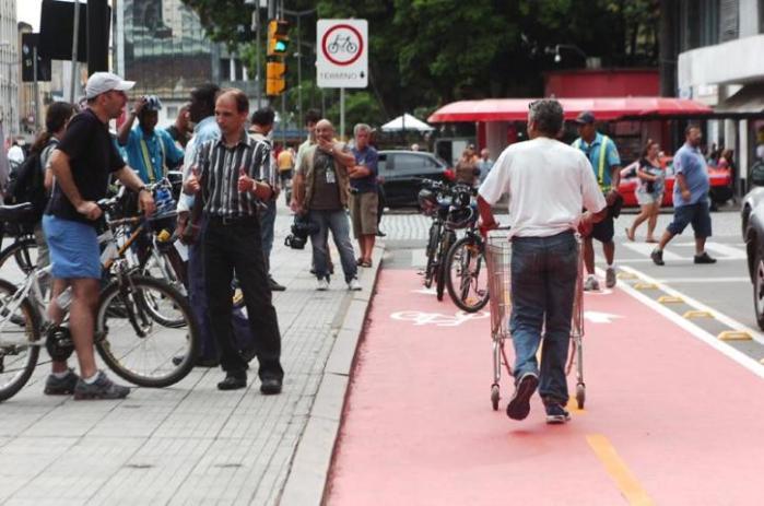 Ciclofaixa é usada não apenas por ciclistas  Crédito: Arthur Puls