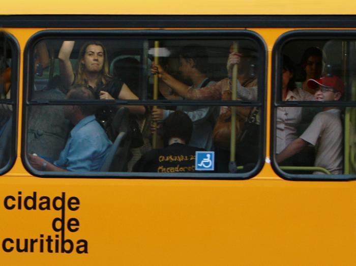 Ônibus de Curitiba sistema Rapid Transit vem sofrendo superlotação nos últimos anos. Cortesia: Elias Dias