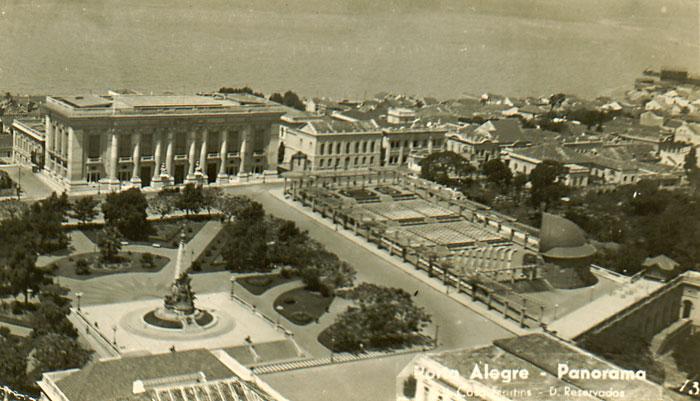 Cartão Postal da Praça da Matriz na década de 20, já com o monumento a Júlio de Castilhos. Imagem do acervo pessoal de Gilberto Simon