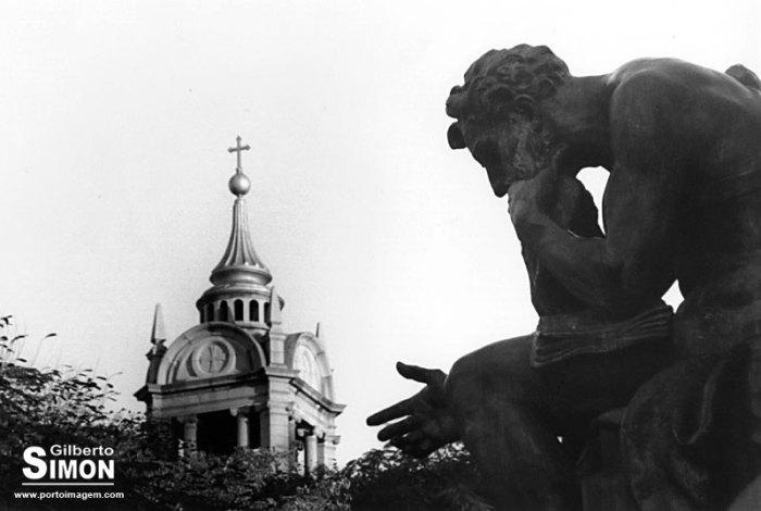 Detalhe do Monumento a Júlio de Castilhos. Foto analógica monocromática de Gilberto Simon.