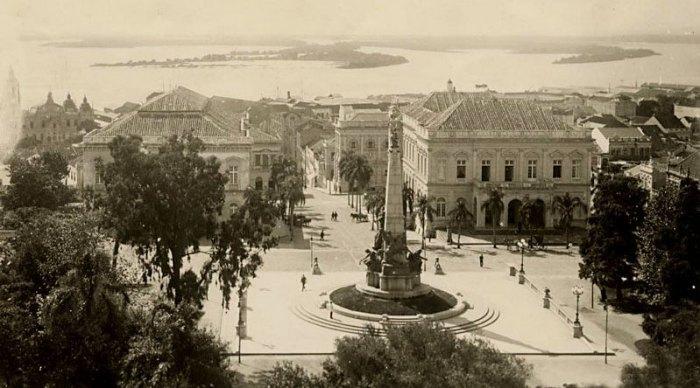 Praça da Matriz em 1910, pouco tempo antes da inauguração do monumento a Júlio de Castilhos.