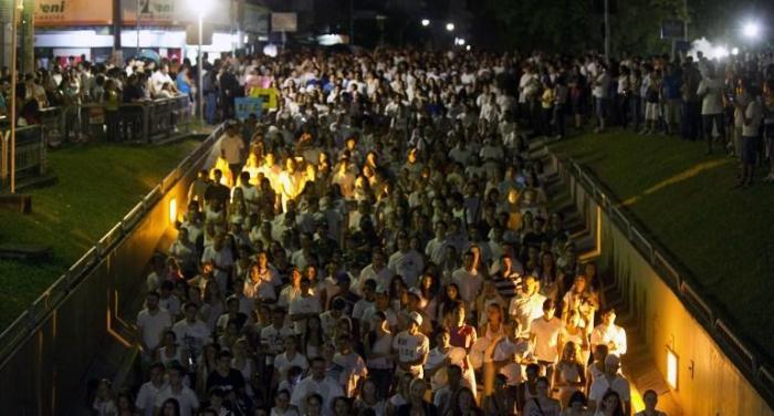 Procissão lotou caminho da boate até Centro Esportivo Municipal em Santa Maria. Foto Antonio Scorza/AFP/CP