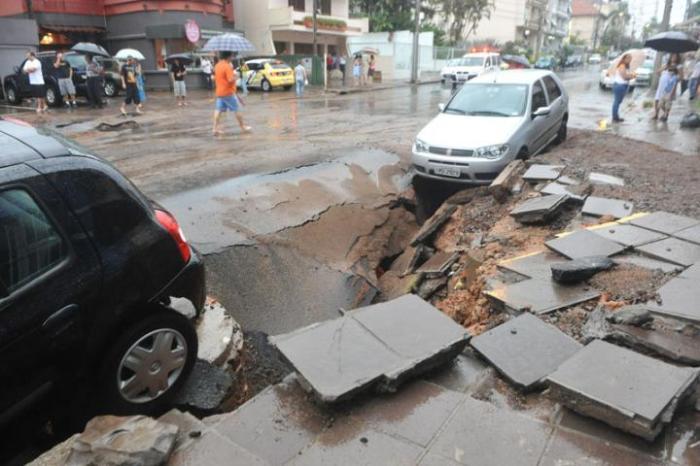Chuva estoura tubulação de obra que custou R$ 59 milhões na Capital. Clique para ver mais fotos  Crédito: Mauro Schaefer