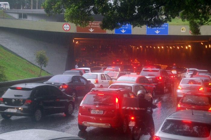 Túnel da Conceição tem trânsito paralisado devido a inundação Foto: Gilberto Simon - Porto Imagem