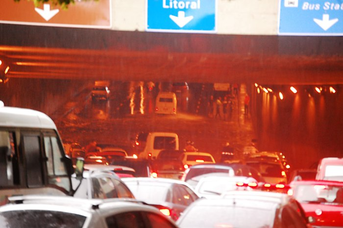 Túnel da Conceição - veja mais de perto: piscina impede que carros comuns passem. Foto: Gilberto Simon - Porto Imagem