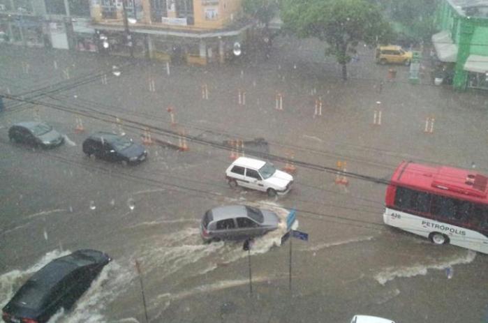 Algumas vias da cidade estão bloqueadas em razão do grande volume de água Crédito: Jonathas Costa / Especial CP