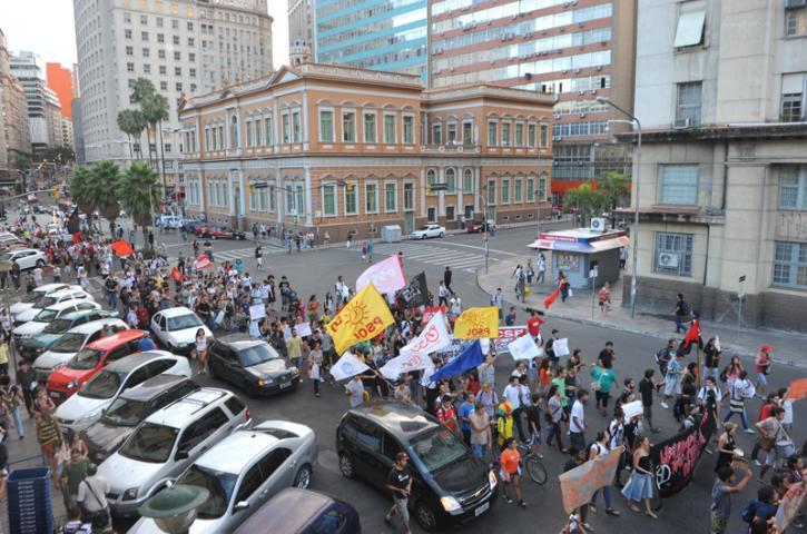 Manifestantes contra o aumento das passagens de ônibus em Porto Alegre terminaram protesto em frente à sede da Prefeitura