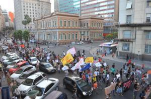 Manifestantes terminaram protesto em frente à sede da Prefeitura  Crédito: Mauro Schaefer