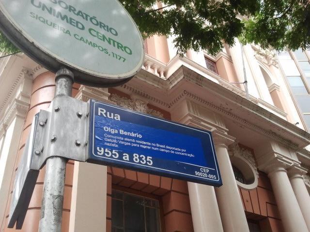 Placa da rua dos Andradas doi adesivada com o nome de Olga Benário  Crédito: Vívian Gamba / Especial CP