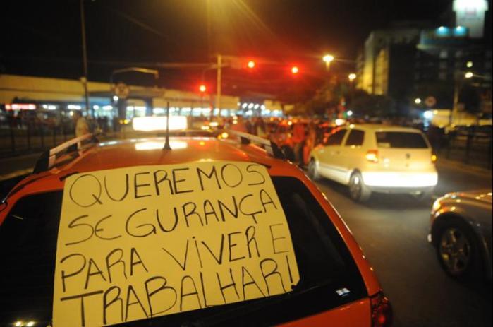 Dezenas de taxistas realizam mais um protesto para pedir segurança em seu trabalho, na noite deste domingoCrédito: Ricardo Giusti