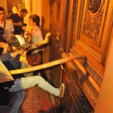 Manifestantes tentaram invadir prédio da Prefeitura de Porto Alegre. Veja mais fotos Crédito: Mauro Schaefer