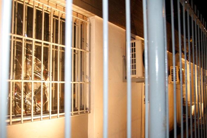Empresa teve os vidros quebrados e a cerca elétrica destruída na noite desta quinta   Foto: Ivo Gonçalves/PMPA