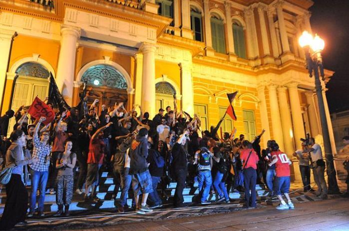 Após protesto, manifestantes picham prefeitura novamente   Crédito: Mauro Schaefer