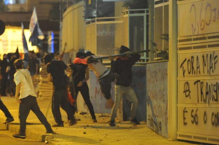 Manifestantes quebraram dezenas de vidraças e fachada foi pichada. Crédito: Mauro Schaefer