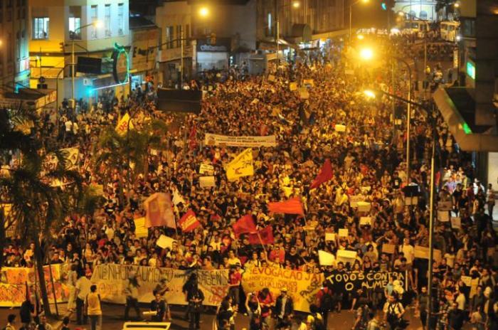 Após concentração em frente à prefeitura, grupo saiu em caminhada pelas ruas do Centro. Fotos da reportagem: Fabiano do Amaral