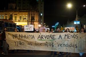 Manifestantes começaram a marchar a partir das 19h20min | Foto: Ramiro Furquim/Sul21