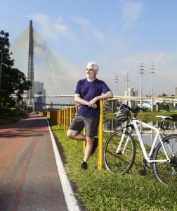 Benedito Abbud na ciclovia do rio Pinheiros, em SP  créditos: Victor Affaro/Arquitetura & Construção