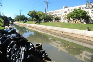 Garis retiraram lixo acumulado no Arroio Dilúvio, na Capital  Crédito: André Ávila / CP Memória
