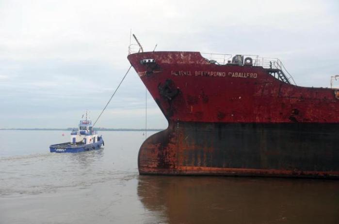 Embarcação foi retirada do Cais do Porto com o auxílio de dois rebocadores  Crédito: André Ávila