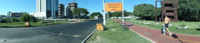 Placa à esquerda da foto recomenda aos pedestres que usem o passeio do outro lado da via (clique na imagem para ampliá-la)