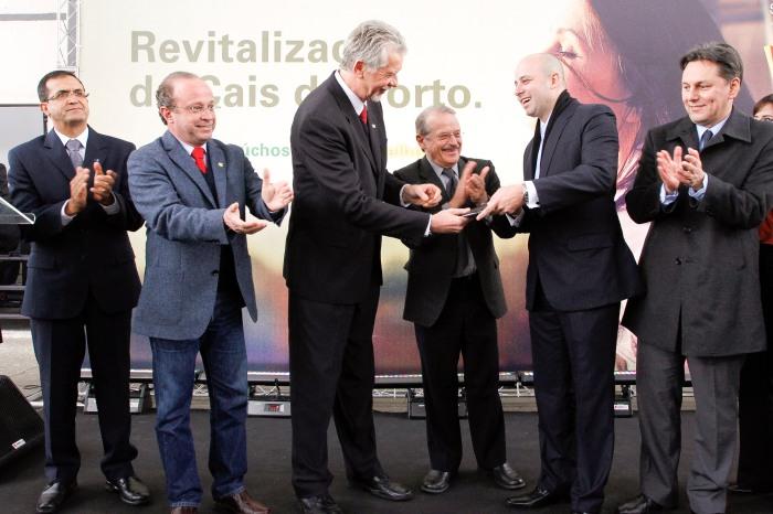 Prefeito entrega as licenças ao presidente da Porto Cais Mauá, André Albuquerque  Foto: Cristine Rochol/PMPA
