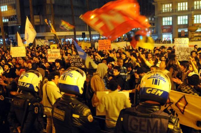 Manifestantes voltam a protestar contra valor da tarifa em Porto Alegre  Crédito: Tarsila Pereira