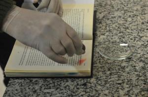 Narcoteste para identificar presença de cocaína foi aplicado nas páginas dos livros  Crédito: André Ávila