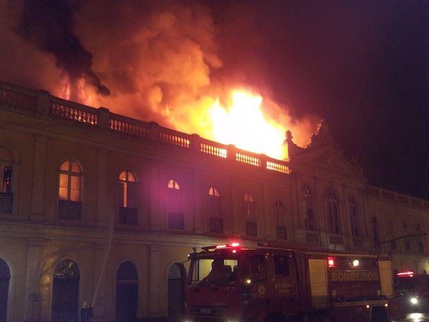 Segundo a BM, fogo atinge segundo andar do prédio em Porto Alegre (Foto: Maurício Gonçalves/ RBS TV)