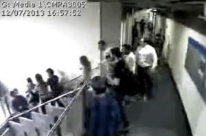 Fotógrafo da Casa foi empurrado ao descer a escada   Crédito: Reprodução / Youtube / CP
