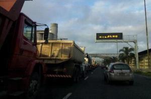 Mais de 100 caminhões bloquearam tráfego na avenida Castelo Branco  Crédito: Marcos Koboldt / Rádio Guaíba / CP