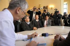 Prefeito de Porto Alegre assinou decreto que reduziu em cinco centavos os valores do transporte coletivo   Crédito: Luciano Lanes / PMPA / CP