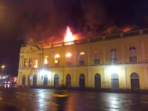 Incêndio atinge Mercado Público de Porto Alegre (Foto: Maurício Gonçalves/ RBS TV)
