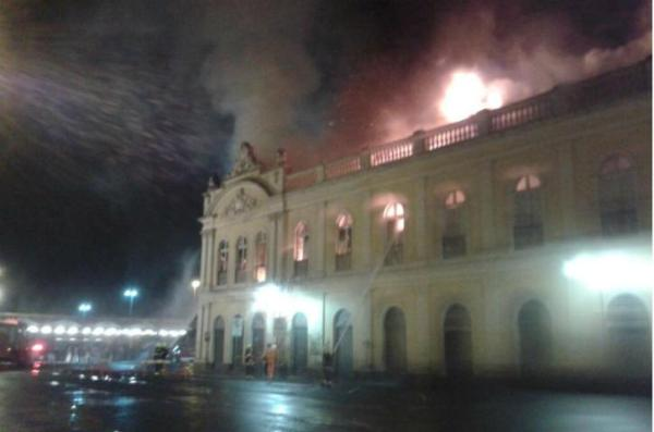 http://portoimagem.files.wordpress.com/2013/07/mercado-incendio1.jpg?w=600&h=397