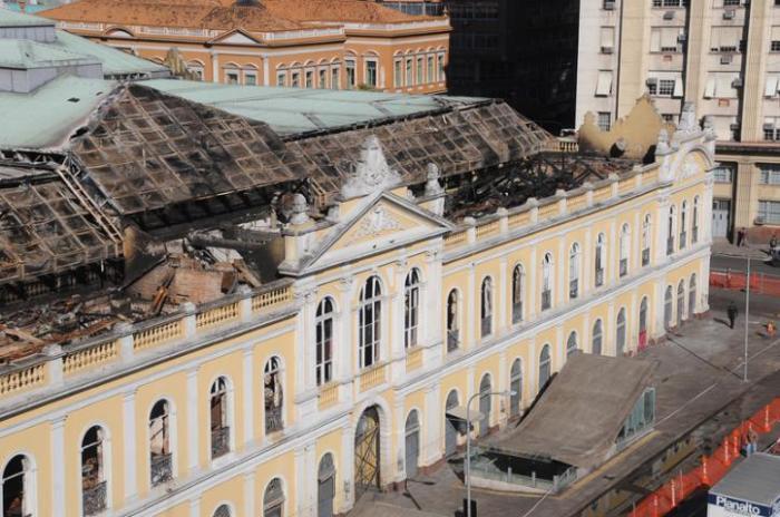 Ao contrário da agitação dos últimos dias, prédio histórico está vazio  Crédito: Vinícius Roratto