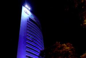 Sheraton Porto Alegre Hotel iluminado à noite.