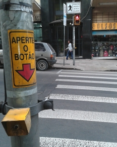 Proposta também reduz tempo de espera para pedestres em semáforos com botoeiras