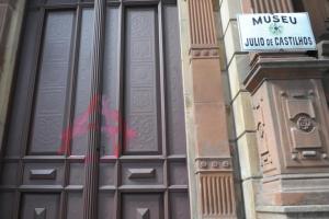 Local teve vidros quebrados, fachada pichada e bandeiras roubadas Crédito: Tarsila Pereira
