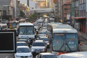 Levantamento mostra que ruas e avenidas da Capital não acompanharam aumento da frota de carros Crédito: Mauro Schaefer / CP Memória